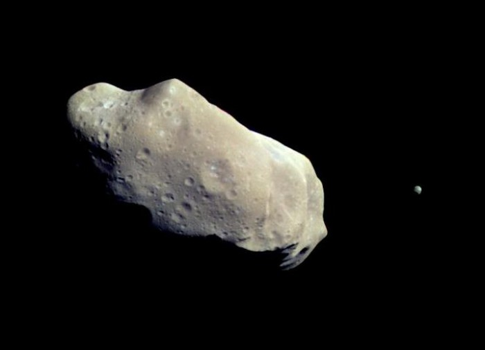 (243) Ida ainsi que sa lune Dactyl. Dactyl est la première lune astéroïdale à avoir été découverte.