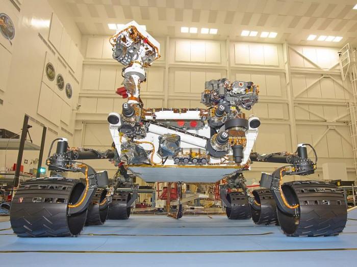 Face avant du rover ; le bras est en position repliée.
